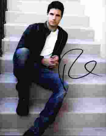 Robbie Amell authentic signed 8x10 picture